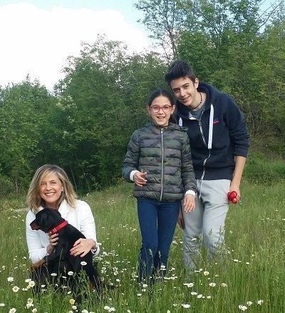 cane e padrone dobermann cucciola e famiglia