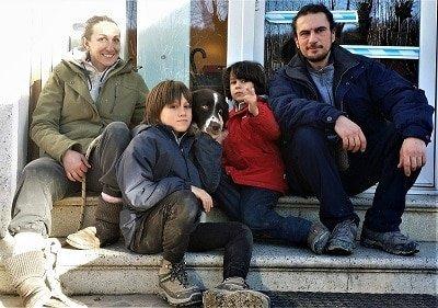 cane e padrone meticcio e famiglia