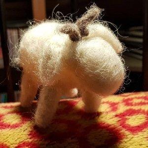 realizzazione del feltro pecorella con corna